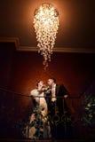Jeunes mariés embrassant dans l'hôtel Photos stock