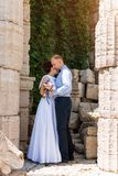 Jeunes mariés embrassant dehors Jour du mariage des couples, de la femme heureuse de nouveaux mariés et de l'homme nuptiales embr Photo libre de droits