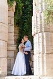 Jeunes mariés embrassant dehors Jour du mariage des couples, de la femme heureuse de nouveaux mariés et de l'homme nuptiales embr Images libres de droits