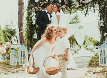 Jeunes mariés embrassant sur le mariage photo libre de droits
