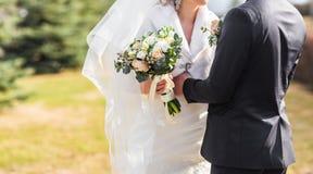 Jeunes mariés embrassant sur leur plan rapproché de jour du mariage Photographie stock