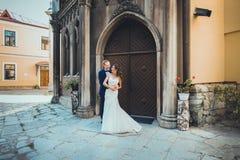 Jeunes mariés embrassant tendrement Images stock
