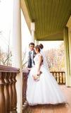 Jeunes mariés en automne image stock