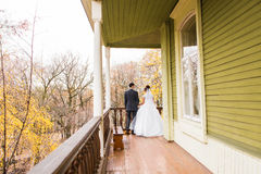 Jeunes mariés en automne images libres de droits