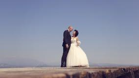 Jeunes mariés en mer Photographie stock libre de droits