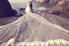Jeunes mariés en mer Photos stock