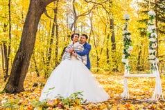 Jeunes mariés en nature d'automne Photographie stock