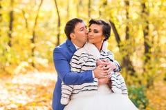Jeunes mariés en nature d'automne Images stock