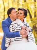 Jeunes mariés en nature d'automne Photo stock