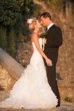 Jeunes mariés en parc extérieur au coucher du soleil Image libre de droits