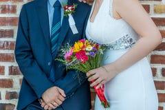 Jeunes mariés ensemble devant le mur de briques Photo libre de droits