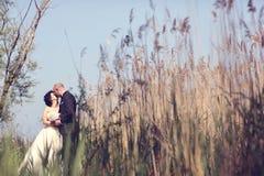 Jeunes mariés entourés par précipitation Photos libres de droits