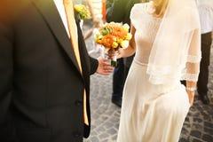 Jeunes mariés et demoiselles d'honneur et groo heureux romantiques magnifiques Image libre de droits