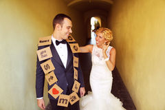 Jeunes mariés gais Photos libres de droits