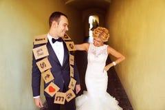 Jeunes mariés gais Photographie stock