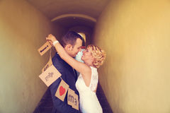 Jeunes mariés gais Images stock