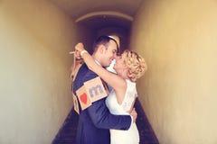 Jeunes mariés gais Photos stock