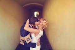 Jeunes mariés gais Images libres de droits