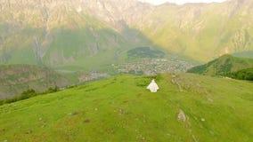Jeunes mariés heureux à l'arrière-plan des montagnes Mouvement lent de vue aérienne clips vidéos