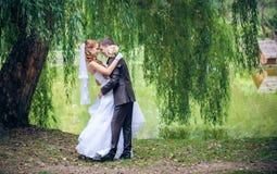 Jeunes mariés heureux image libre de droits