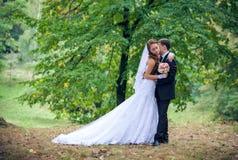 Jeunes mariés heureux photo stock