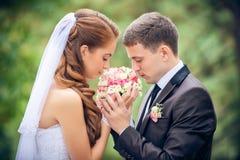 Jeunes mariés heureux images stock