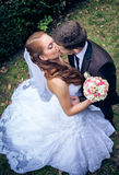 Jeunes mariés heureux photographie stock