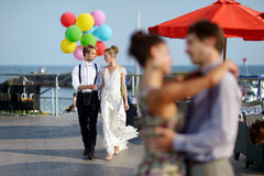 Jeunes mariés heureux avec des ballons Images stock