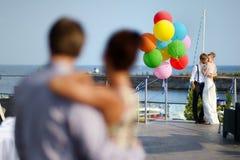 Jeunes mariés heureux avec des ballons Image stock