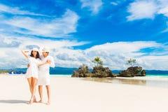 Jeunes mariés heureux ayant l'amusement sur la plage tropicale mariage photo stock