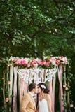 Jeunes mariés heureux dans la forêt d'automne Images stock