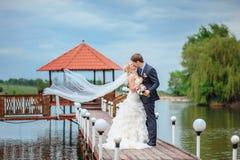 Jeunes mariés heureux dans un château leur jour du mariage Photographie stock libre de droits