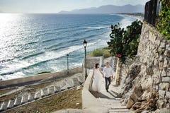 Jeunes mariés heureux de couples dans le jour du mariage en Italie Image libre de droits