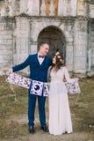 Jeunes mariés heureux de nouveaux mariés tenant les lettres d'amour artistiques de papercut Photos libres de droits
