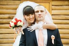 Jeunes mariés heureux dehors Photos stock