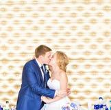 Jeunes mariés heureux magnifiques élégants embrassant à la réception de mariage, moment gai émotif photographie stock