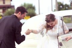 Jeunes mariés heureux près de rétro voiture Images libres de droits