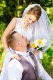 Jeunes mariés heureux regardant dans les yeux Photo stock