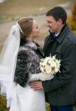 Jeunes mariés heureux regardant l'un l'autre le parc Photos libres de droits