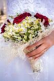 Jeunes mariés heureux sur leur étreindre de mariage Image stock