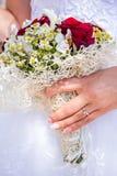 Jeunes mariés heureux sur leur étreindre de mariage Photos libres de droits