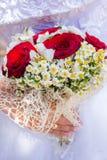 Jeunes mariés heureux sur leur étreindre de mariage Images stock