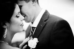 Jeunes mariés heureux sur leur mariage Image stock