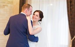 Jeunes mariés heureux sur leur mariage d'intérieur photographie stock libre de droits