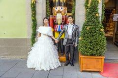 Jeunes mariés japonais dans le der Tauber d'ob de Rothenburg Image libre de droits