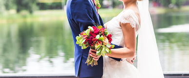 Jeunes mariés leur jour du mariage dehors images libres de droits