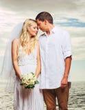 Jeunes mariés, ménage marié nouvellement romantique sur la plage, Jus Image stock