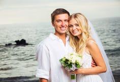 Jeunes mariés, ménage marié nouvellement romantique sur la plage, Jus Images stock
