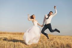 Jeunes mariés magnifiques dans le domaine de blé Bonheur et mariage Femme chez l'homme blanc de robe dans la chemise et le lien b Image stock