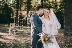Jeunes mariés marchant dans la forêt d'automne photographie stock